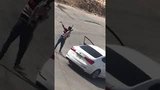 شخصٌ يهدد آخرَ بسلاح رشاش بعد احتجازه في مؤخرة سيارته