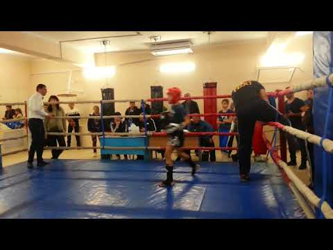 Соревнования по кикбоксингу,тайский боксер против кикбоксёра.