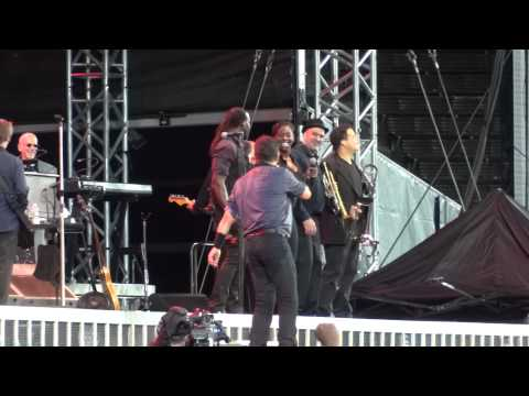 bruce-springsteen---(your-love-keeps-lifting-me)-higher-and-higher---helsinki-31.7.2012