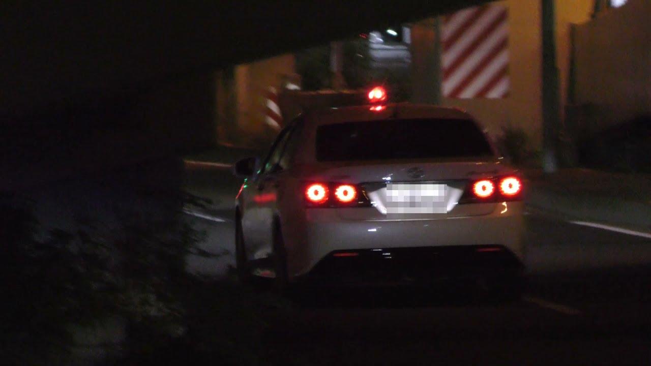 【警察】高架下で違反車を追う白い覆面パトカー
