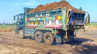 Smart excavator driver  Fully overload UD Nissan V8 truck with John Deere excavator.