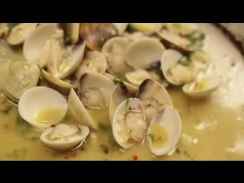 How to Cook Spaghetti With Clams : Italian Dishes