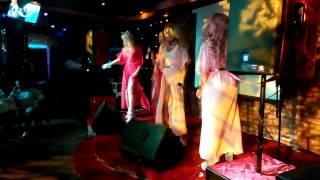 Бигуди Шоу на годовщине караоке-ресторана