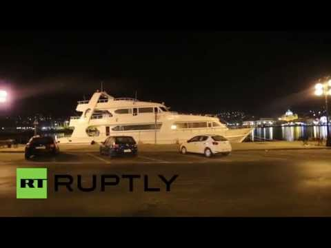 Greece: Luxury yacht ferries hundreds of refugees to Lesbos