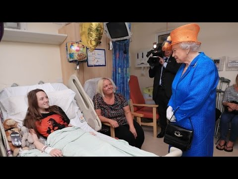 Thumbnail: Queen Elizabeth visits wounded at hospital