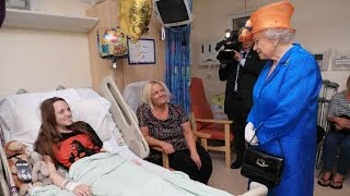 Queen Elizabeth visits wounded at hospital
