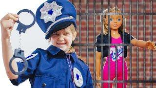 Яна играет в полицейского и нарушителей COP Pretend Play Police with Doll Diana