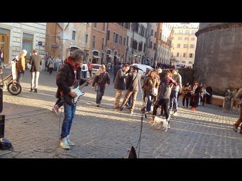 Italian Street Musician Plays Amazing Covers of Pink Floyd Songs, Right in Front of the Pantheon in Rome