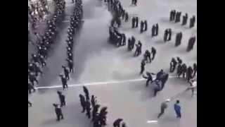 Дисциплинированная работа полицейских во время уличных беспорядков