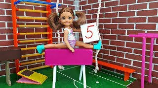 КТО БЫСТРЕЕ / На уроке физкультуры. Школа Барби. Играем в куклы