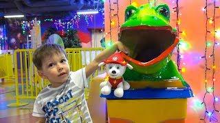 Тёма играет на детской площадке с игрушками Щенячий патруль