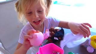 Hermanas divertidas juegan Con una gran casa de juegos inflable y nuevos juguetes