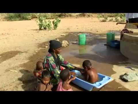Puits villageois d'Egarwey femme et enfant