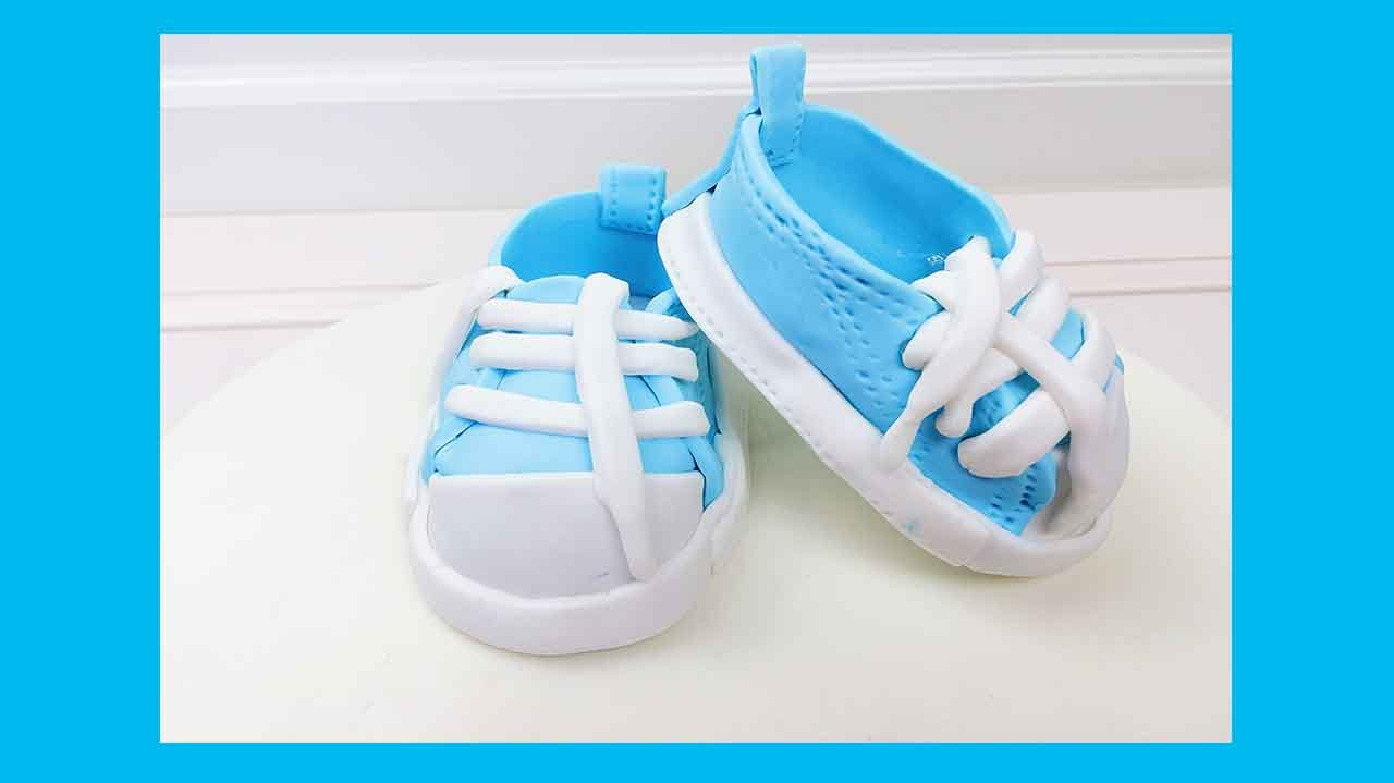 babyschuhe aus fondant baby chucks f r fondant torte. Black Bedroom Furniture Sets. Home Design Ideas