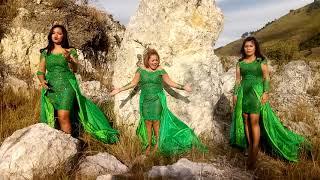 Gaya Romantis Trio Dengan Lagu Curiga
