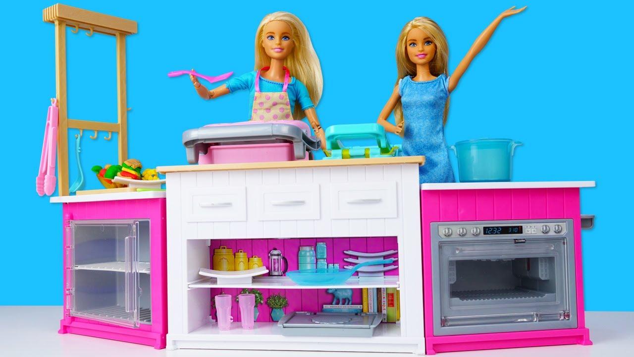 Demostración de la nueva cocina de Barbie en español. Muñecas Barbie y juguetes para niñas