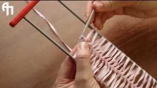 Урок 1. Вязание на вилке из атласной ленты(Видео-уроки по вязанию от Студии АртПекарня. Вязание на вилке из атласной ленты. http://www.artpekarnya.ru., 2013-05-27T14:08:52.000Z)