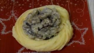 Картофельные гнезда с фаршем и грибами
