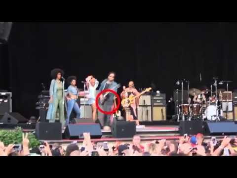 Lenny Kravitz Leather Pants Wardrobe Malfunction, Exposes Junk