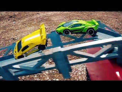 Circuito + coches + camiones + motos = Carreras Hot Wheels