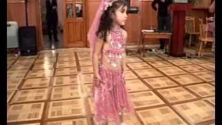 Маленькая девочка танцует восточный танец!(, 2011-03-26T20:16:57.000Z)