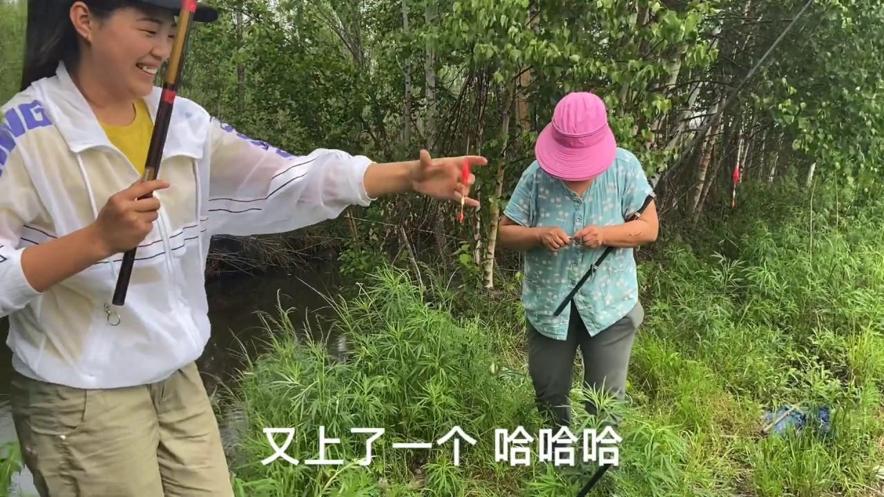 118 老妈让儿子在家带娃 领着儿媳河边放松 婆媳俩钓鱼越钓越上瘾!