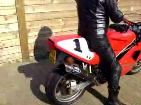 Marc starting up the Ducati 888 SPO