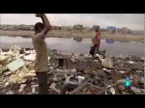 Vertedero ilegal de residuos de aparatos eléctricos y electrónicos en GHANA