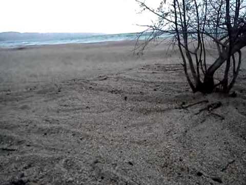 Oleaje con piedra volcanica en el lago youtube for Piedra volcanica
