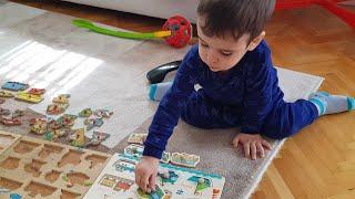 Berat Peg Puzzle Oynuyor Araçlar Hayvanlar Karakterler Hepsinin Yerini Öğreniyor