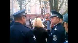 Poliția reține ilegal pe Domnica #Cemortan la protest