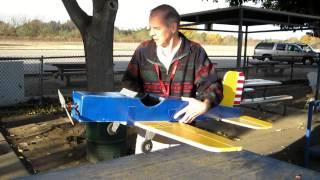 Un écureuil vole un avion téléguidé et s