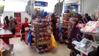 Сумасшедшая женщина в магазине