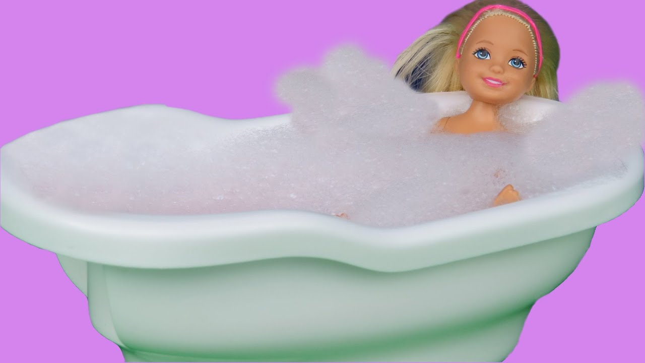 BUBBLE BATH! CHELSEA sings, splashes and plays with BATH toys ...