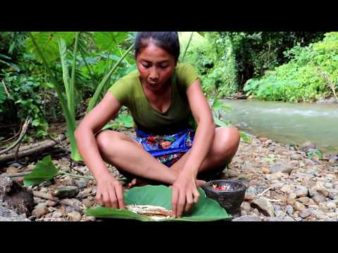 Survival skills: Crocodile fish cook on the clay at river – Cooking crocodile fish eating delicious