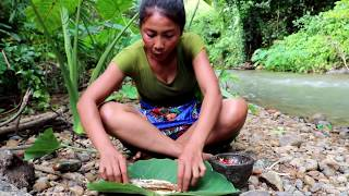 Survival skills: Crocodile fish cook on the clay at river - Cooking crocodile fish eating delicious