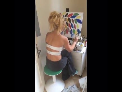 Britney Spears Painting A Small Seeds At Home - 20.01.2016