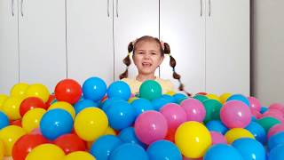 Learn colors with babies Julia and Diana play with balls