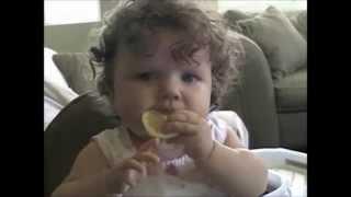 funny lustige videos compilation von niedlichen Kinder, die eine Zitrone essen