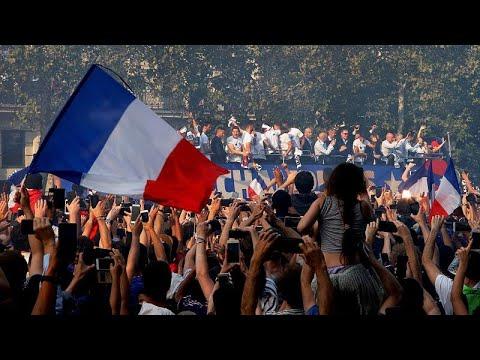 شاهد: أبطال كأس العالم يطوفون شوارع باريس وسط الآلاف من المشجعين…  - 16:22-2018 / 7 / 17