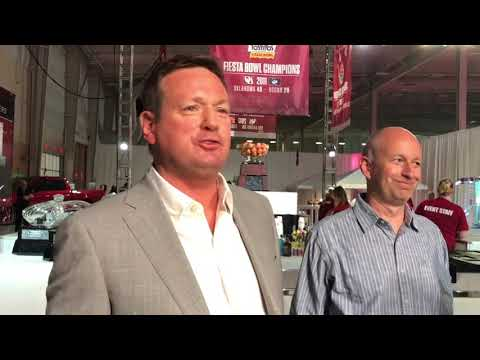 Bob Stoops honored by statue, players