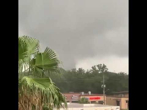 Poderoso tornado se deja sentir en Orlando Florida.