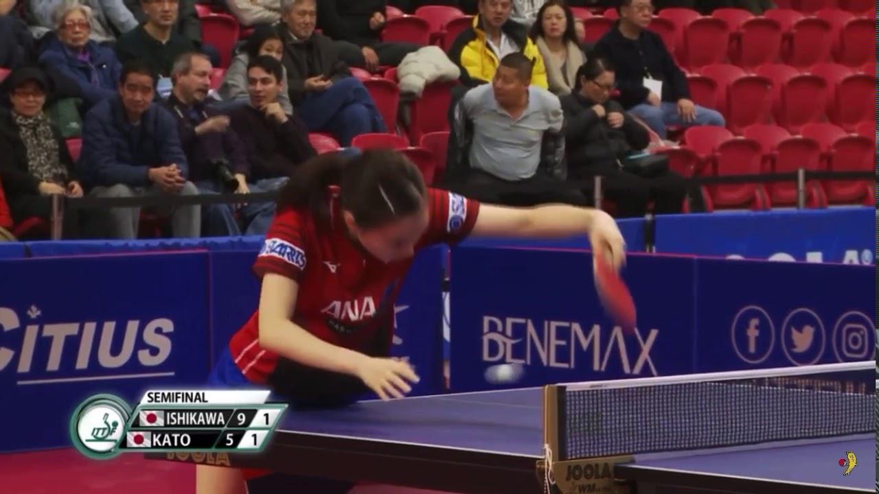 石川佳純が拾ったボールを相手に渡そうと打つもネットに当たるがあまり返らずラケットで2度手繰り寄せる