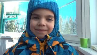 Андрей весело играет с детскими машинками и ищет их в снегу Видео про машинки
