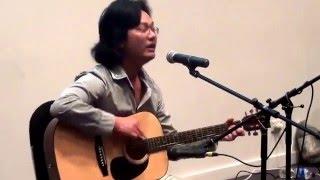 Đàn guitar và hát bài Quê Hương