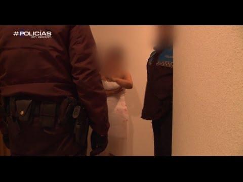 Una mujer recién casada, con sangre en el vestido  Policías en Acción