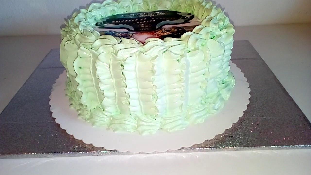 украшение торта кремом и сахарной картинкой сапоги дал