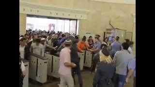 Мигранты прыгают через турникеты в метро.(, 2015-05-25T09:18:04.000Z)