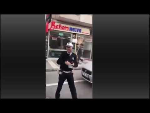 Trabzon'da trafik polisi ceza keserken şarkı söylüyor