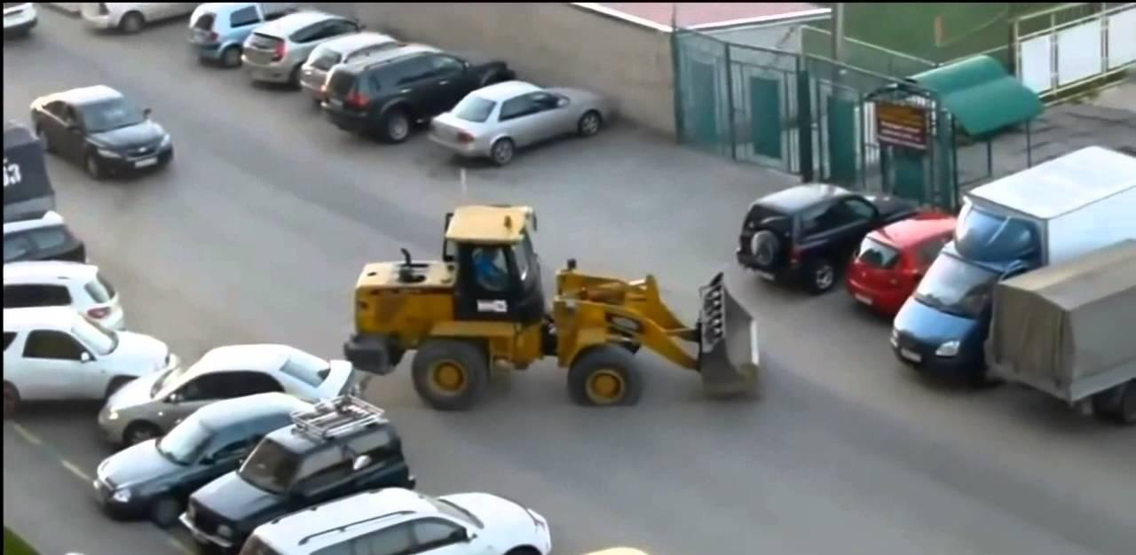 נהג טרקטור מתנגש בעוצמה ברכבים בחניון בלי שום סיבה